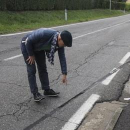 Provinciale 77: «Erano meglio le buche» Asfalto pericoloso, appello alla Provincia