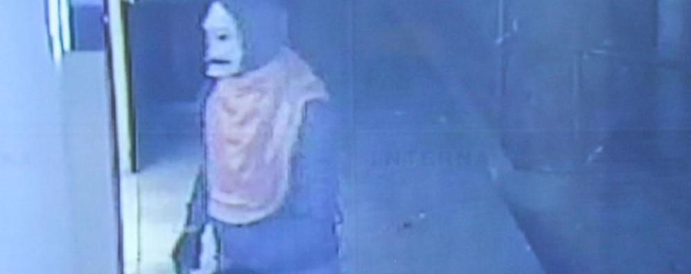 Maschera di Skeletor ed estintore Nuova rapina a Seriate - foto e video