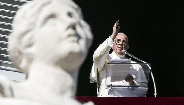 Papa, rubare documenti è un reato