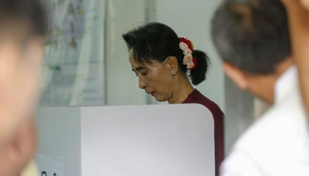 San Suu Kyi vota per la prima volta