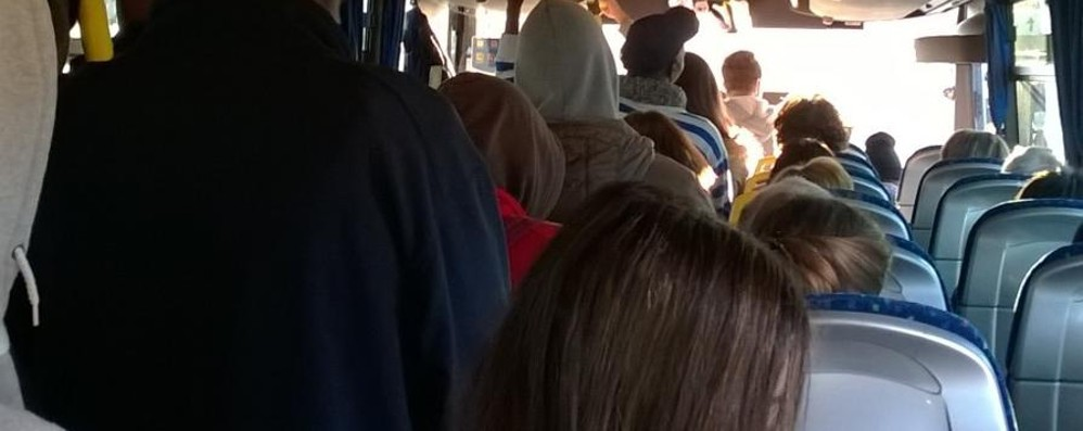 I pendolari sui treni affollati? Guardate un po' come va in pullman