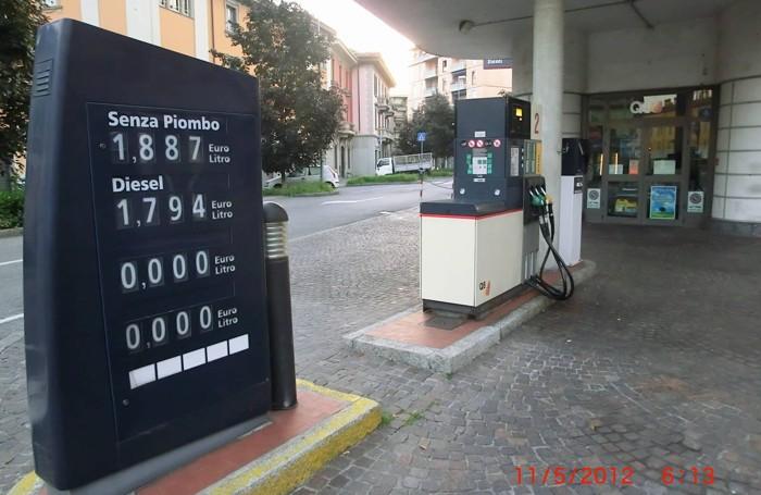 Il distrubutore di via Baschenis in una foto d'archivio, come si capisce dai prezzi dei carburanti: non è più attivo