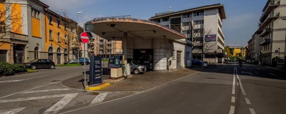 Via Baschenis, distributore salvo per ora Lapo (ma a Milano) ne farà un  ristorante