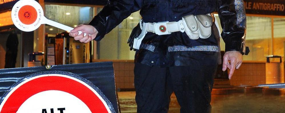 Ubriaco, contromano e senza luci Multa da 410 euro per un ciclista