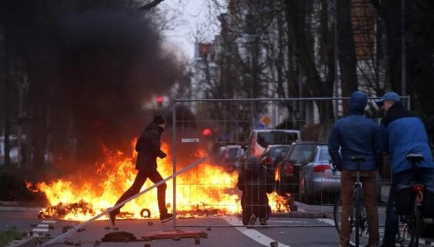 Lipsia, 69 agenti feriti in scontri