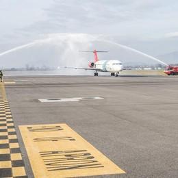 Air Sud, primo volo Orio-Reggio  Un arco d'acqua per salutarlo - Video