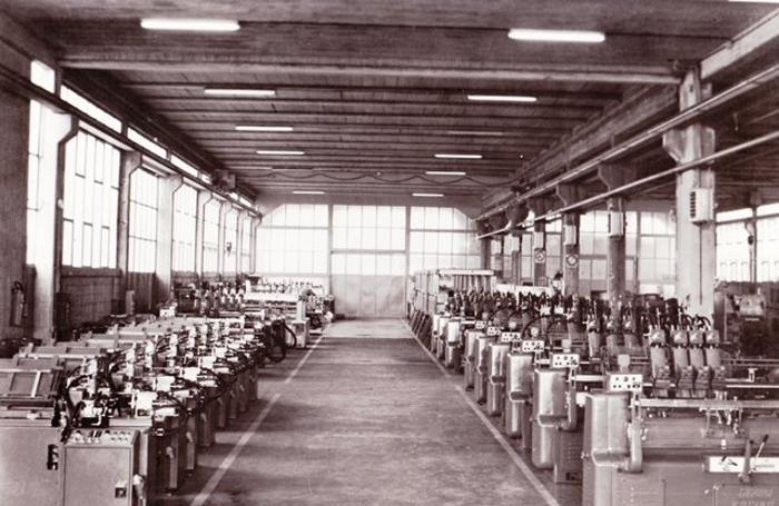 Una foto storica dell'azienda in attività