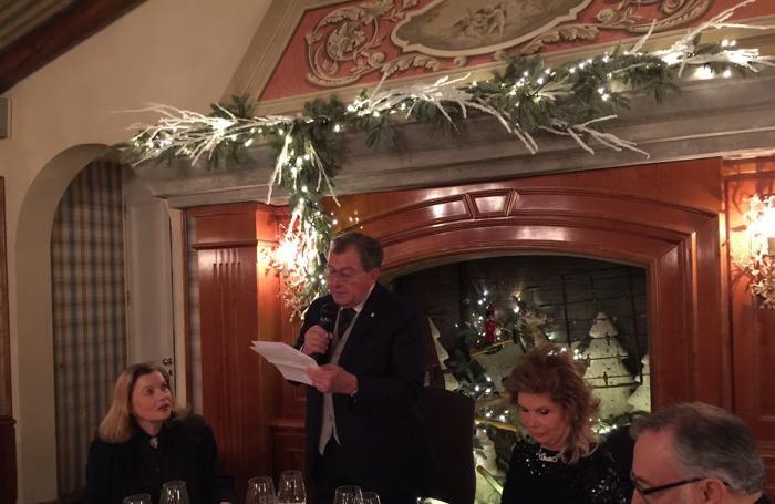 Lucio Piombi mentre pronuncia il suo saluto con gli auguri per il Natale