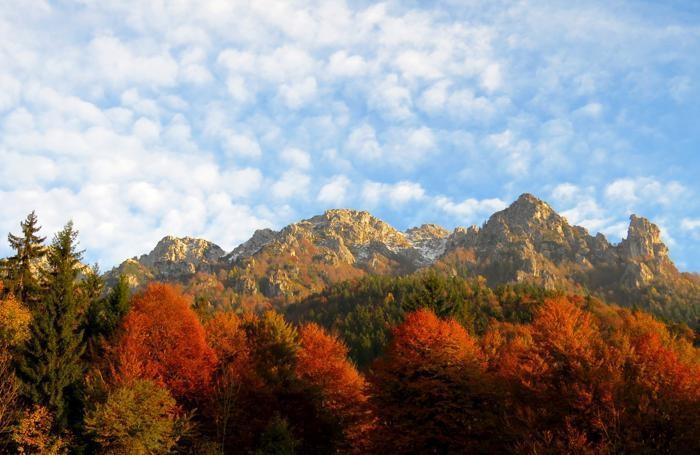 Il Monte Alben avvolto dall'autunno