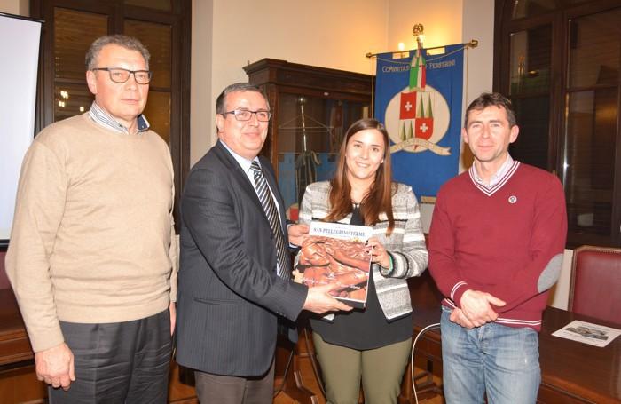 Presentata la tesi di laurea di Silvia Duchini: nella foto con l'assessore Scanzi, il sindaco Milesi e il presidente del distretto del commercio Pesenti