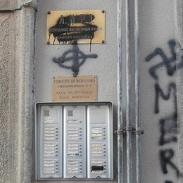 Borgo Palazzo, tornano i vandali Imbrattata la sede dell'Anpi