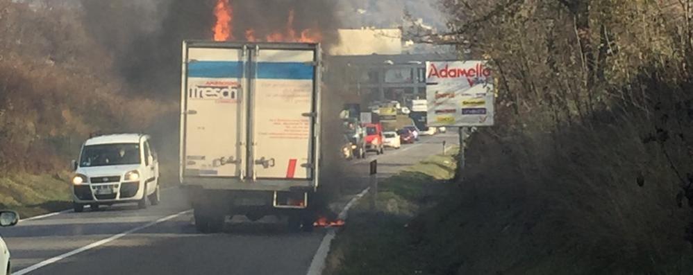 Furgone in fiamme sulla ex statale Disagi e code a Endine Gaiano