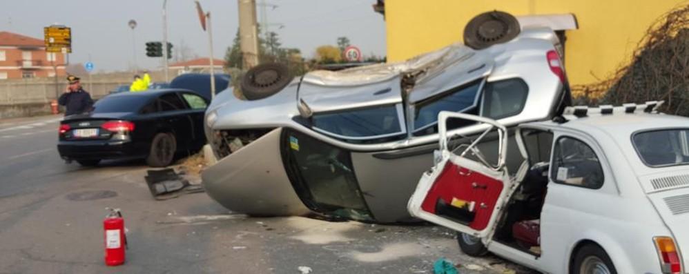 L'auto si ribalta e finisce contro una 500 Ferita una donna, tre macchine coinvolte