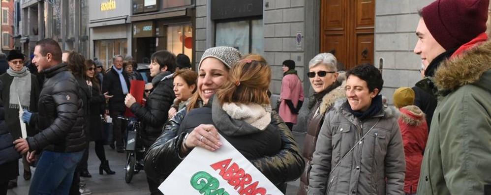 Bergamo, pienone per Natale E in centro abbracci gratis - foto e video