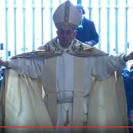 Giubileo,  aperta la Porta Santa Il tweet del Papa - foto  e video da Roma
