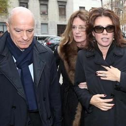Carolina Rosi (destra), nipote di Krizia, con altri parenti questa mattina in occasione del funerale della stilista a Milano