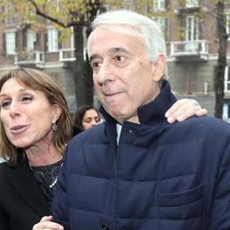 Il sindaco di Milano Giuliano Pisapia con la moglie questa mattina ai funerali della stilista Krizia a Milano