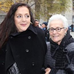 Rosita Missoni (destra) con la nipote questa mattina in occasione del funerale della stilista Krizia a Milano