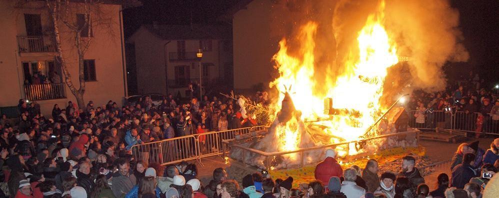 Ardesio brucia il «Zenerù» Folla per la festa scaccia-inverno