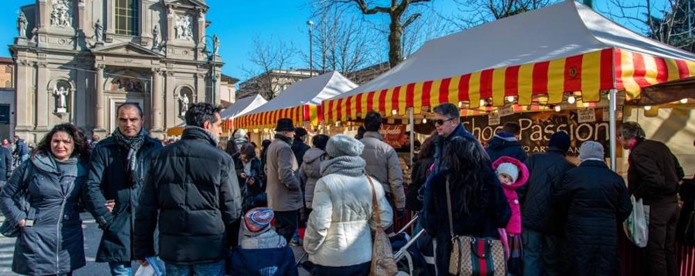 Centro pedonale e festa del cioccolato Pienone in città, assalto a bus e parcheggi