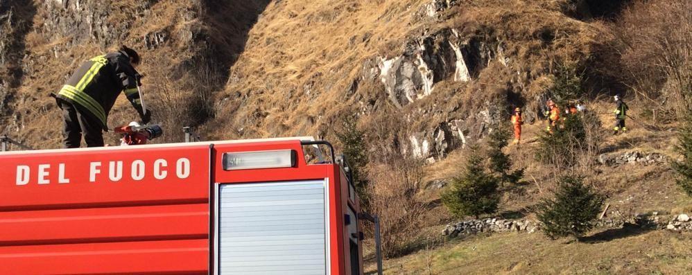 Fiamme sulla montagna Scattano i soccorsi, elicottero in volo