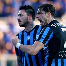 Pinilla con Stendardo dopo il gol del 2-1 al 94'