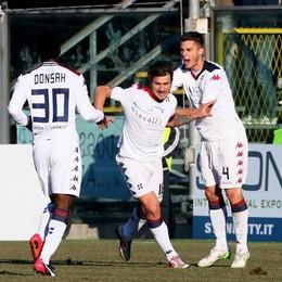 il centrocampista del Cagliari Dessena esulta con i compagni dopo il gol del momentaneo 1-1
