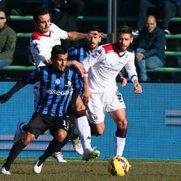 Il centrocampista dell'Atalanta Moralez lotta per il possesso della palla