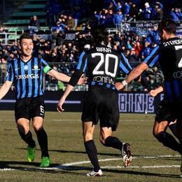 Biava corre ad abbracciare capitan Bellini  dopo il gol del momentaneo 1-0 contro il Cagliari