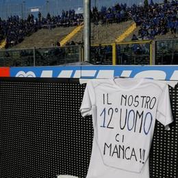 I giocatori dell'atalanta espongono una maglia per la mancanza dei tifosi più caldi in curva contro il Cagliari