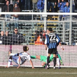 il centrocampista del Cagliari Dessena segna il gol del momentaneo 1-1 contro l'Atalanta