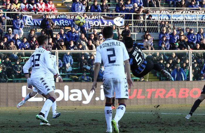L'attaccante dell'Atalanta Mauricio Pinilla segna il gol 2-1 contro il Cagliari al 94'