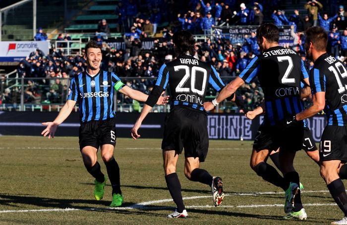 Biava corre incontro a capitan Bellini dopo il gol del momentaneo 1-0