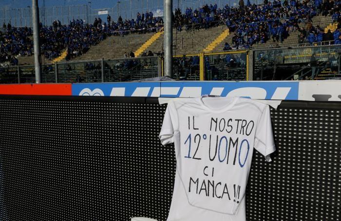 I giocatori dell'Atalanta espongono una maglia per la mancanza dei tifosi più caldi in curva