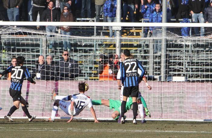 il centrocampista Dessena segna il gol del momentaneo 1-1 per il Cagliari