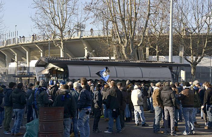 I tifosi dell'Atalanta fuori dallo stadio