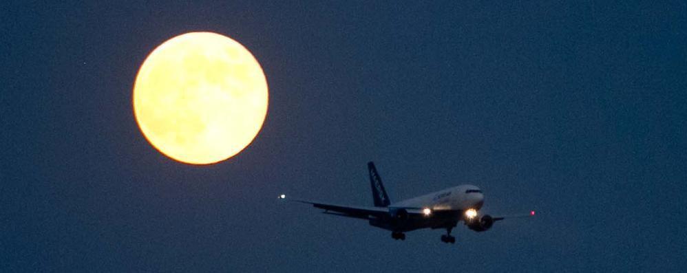 Aeroporto, la Provincia detta la sua linea «Stop voli notturni, ma lo scalo va difeso»