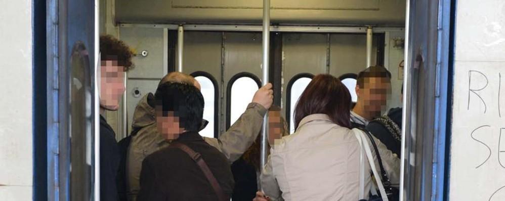 «Io, insultato da quel viaggiatore in treno con i piedi sui sedili»