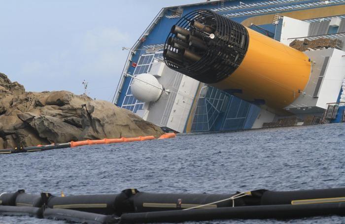 La nave Costa Concordia davanti all'Isola del Giglio