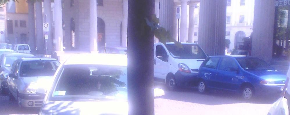 Sul Sentierone telecamere anti-furbetti Ma a pochi passi la sosta selvaggia...
