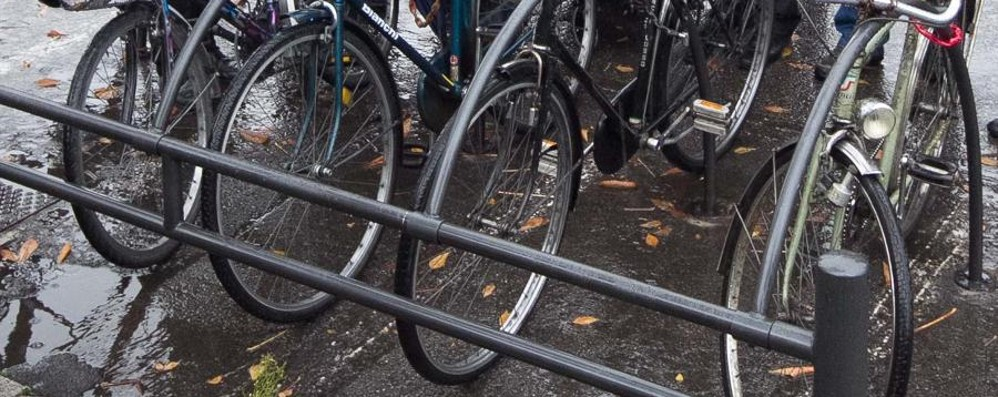 Tenta di rubare una bici in pieno centro Bloccato e arrestato. Ha 75 anni...