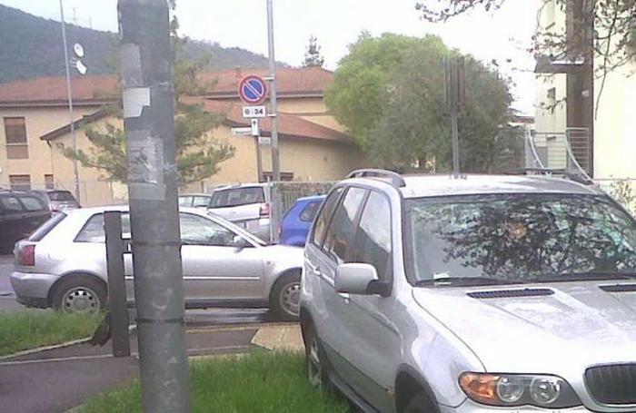 Auto in sosta selvaggia nella zona dello stadio