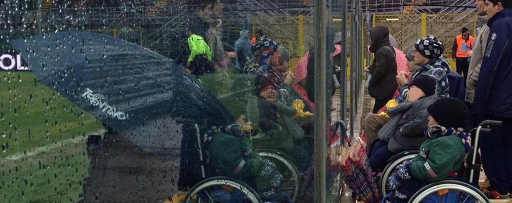 Mediaset e l'ombrello a bordo campo «Protesta giusta, non è colpa nostra»