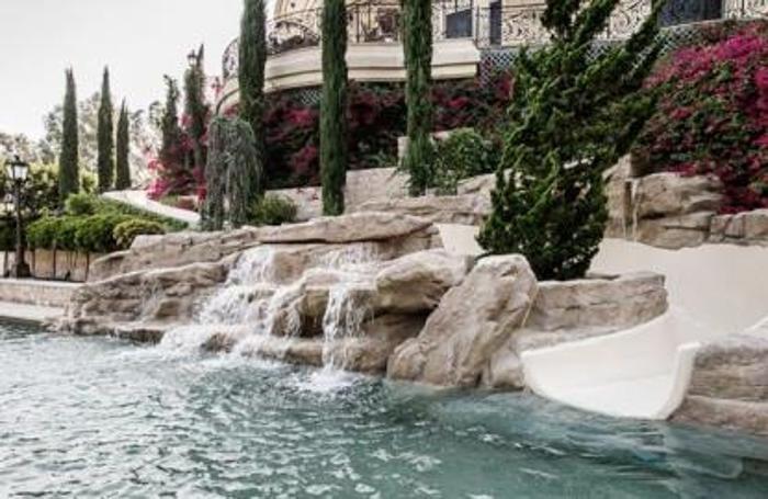 La villa da 16 milioni di Los Angeles dove lo scivolo arriva dalle camere interne. Sopra la piscina a sfioro in una villa di San Paolo