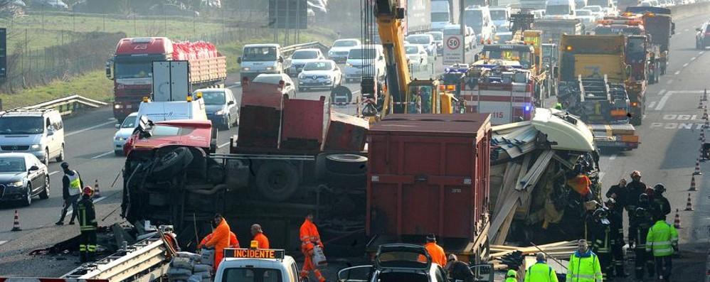 Camion ribaltato, A4 nel caos Dalle 12,20 autostrada riaperta