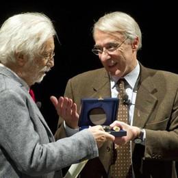 Il sindaco di Milano Giuliano Pisapia consegna il sigillo della città di Milano a Luca Ronconi, 08 marzo 2013