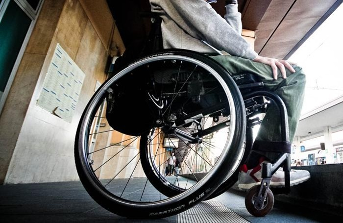Una sedia a rotelle