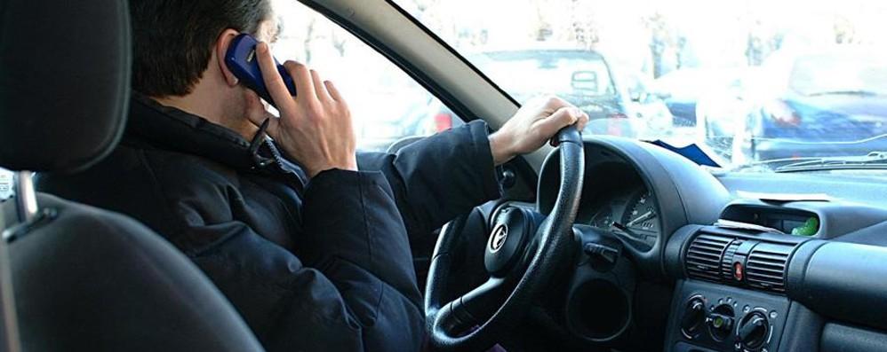 In auto col telefonino tra sms e selfie Incidenti record: sono il 20% Tu lo usi?