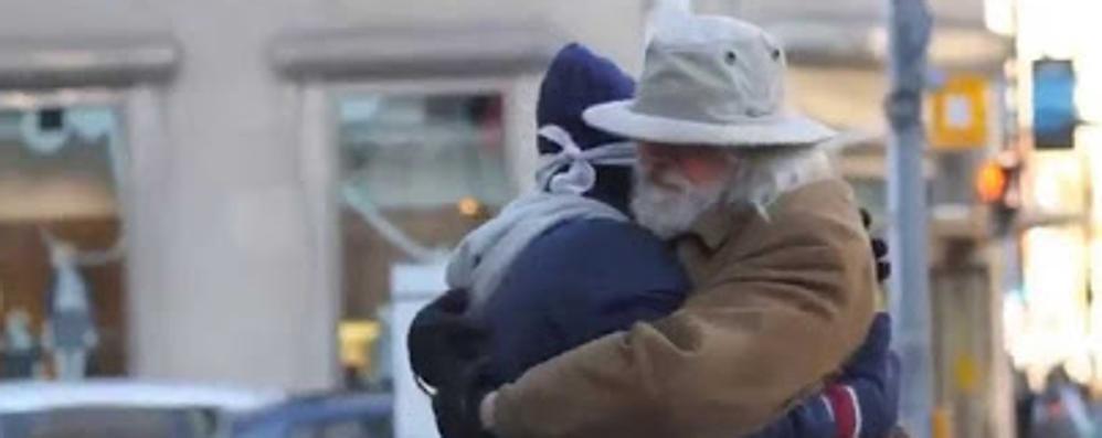 «Sono musulmano, mi abbracci?» Catene umane di pace contro i pregiudizi