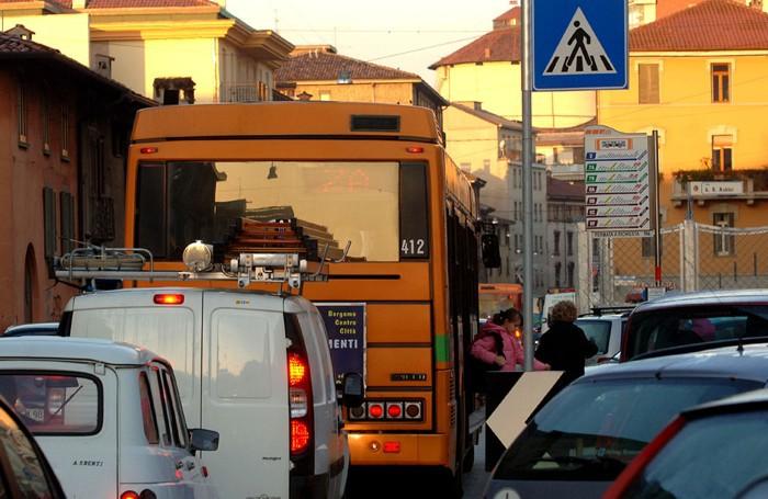 Bus in coda in Borgo Palazzo